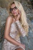 Il modello sexy della ragazza della donna dei capelli biondi in occhiali da sole e l'oro elegante lungamente si vestono Immagini Stock Libere da Diritti