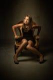 Il modello si siede sul sofà giallo fotografie stock libere da diritti