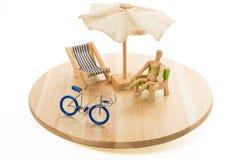 Il modello umano di legno dentro si rilassa il tempo con la bicicletta blu in vassoio immagine stock libera da diritti