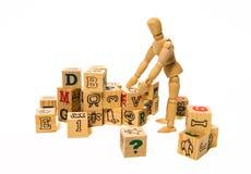 Il modello umano di legno sistema il blocco di legno isolato su fondo bianco immagine stock libera da diritti