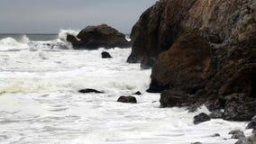 Il moderato stretto del colpo ondeggia lo schianto in Rocky Headlands video d archivio