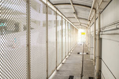 Il modo bianco della passeggiata gradisce il tunnel all'aperto fotografie stock