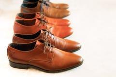 Il modo classico ha lucidato le scarpe di marrone del ` s degli uomini su fondo grigio Fuoco selettivo Copi lo spazio bandiera Ve Fotografie Stock