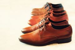Il modo classico ha lucidato le scarpe di marrone del ` s degli uomini su fondo grigio Fuoco selettivo Copi lo spazio bandiera Ve Fotografia Stock