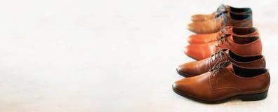 Il modo classico ha lucidato le scarpe di marrone del ` s degli uomini su fondo grigio Fuoco selettivo Copi lo spazio bandiera Ve Fotografie Stock Libere da Diritti