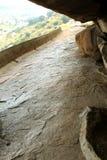 Il modo dei letti di pietra jain del complesso sittanavasal del tempio della caverna fotografie stock libere da diritti