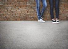 Il modo dei pantaloni a vita bassa degli amici di anni dell'adolescenza tende il concetto Fotografia Stock Libera da Diritti