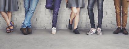 Il modo dei pantaloni a vita bassa degli amici di anni dell'adolescenza tende il concetto Fotografie Stock Libere da Diritti