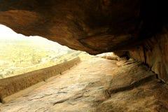 Il modo della caverna dei letti di pietra jain del complesso sittanavasal del tempio della caverna fotografia stock
