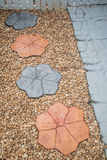 Il modo di pietra della passeggiata in DIY si dirige il giardino Struttura Fondo decori Fotografie Stock Libere da Diritti