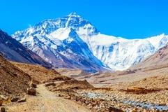 Il modo di scena- del plateau tibetano va a Everest (supporto Qomolangma). Fotografie Stock