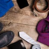 Il modo e le attrezzature degli uomini casuali sulla tavola di legno, disposizione piana, vista superiore quadrato Fotografie Stock