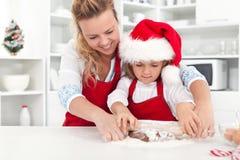 Il modo produciamo i biscotti di natale con la mamma Fotografie Stock Libere da Diritti