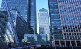 Il molo color giallo canarino ? un grande sviluppo di acquisto e di affari nel centro finanziario tradizionale di London fotografie stock