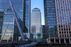 Il molo color giallo canarino ? un grande sviluppo di acquisto e di affari nel centro finanziario tradizionale di London Il centr fotografie stock