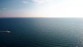 Il molo di ofa di vista aerea delle pietre in un mare blu a Salonicco Grecia, si muove in avanti in fuco stock footage