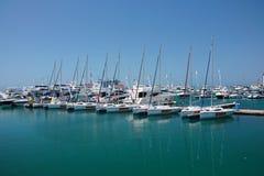 Il molo marino con gli yacht e le barche fotografia stock libera da diritti