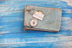 Il momento del segno sta venendo e bussola sul vecchio libro - stile d'annata Fotografia Stock Libera da Diritti