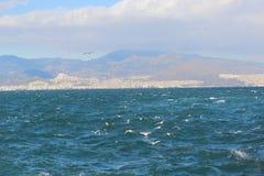 Il momento istantaneo ha sparato della vista del mare dall'altro lato del golfo Fotografie Stock Libere da Diritti