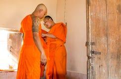 Il monaco buddista recentemente ordinato prega Fotografie Stock