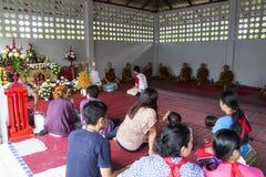 Il monaco buddista sta aspettando per benedire la gente che fa un grande merito Fotografie Stock Libere da Diritti