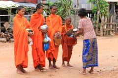 Il monaco della Cambogia porta il vestito arancio Immagini Stock Libere da Diritti