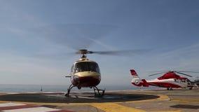 IL MONACO - 13 FEBBRAIO 2018: Un elicottero sul plat la forma sopra il mare in Monte Carlo International Heliport ciò stock footage