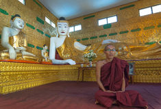 Il monaco indefinito medita allo Shwethalyaung Buddha il 6 gennaio 2011 Fotografia Stock