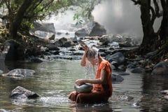 Il monaco prende un bagno Fotografia Stock Libera da Diritti