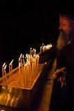 Il monaco pulisce le candele Fotografia Stock Libera da Diritti
