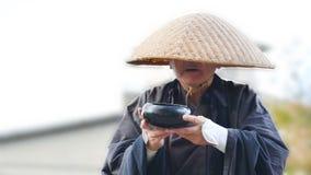 Il monaco solo chiede dona fotografia stock
