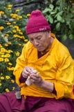 Il monaco tibetano ha scolpito la figura del tsampa della farina di orzo della divinità per cerimonia religiosa buddista in Himal Fotografia Stock