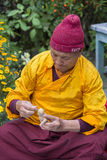 Il monaco tibetano ha scolpito la figura del tsampa della farina di orzo della divinità per cerimonia religiosa buddista in Himal Immagine Stock