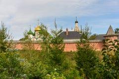 Il monastero antico dietro un'alta parete in Suzdal' Immagine Stock Libera da Diritti