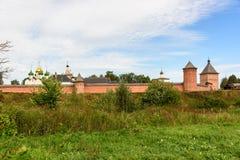 Il monastero antico dietro un'alta parete in Suzdal' Immagini Stock