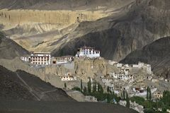 Il monastero buddista antico di Lamayuru ed il villaggio omonimo nel passo di montagna di Ladakha contro il contesto del Fotografie Stock