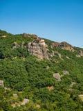 Il monastero della st Nicholas Anapavsas è situato su un bordo ripido della roccia nelle montagne nella regione di Meteora, Greci immagini stock