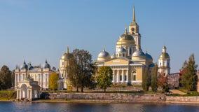 Il monastero di Nilov è situato sull'isola di Stolobny in lago Seliger fotografia stock