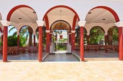 Il monastero di Panagia Kalyviani ha incurvato il cortile sull'isola di Creta, Grecia Immagini Stock
