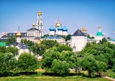 Il monastero famoso della trinità in Sergiyev Posad (anello dorato della R immagini stock