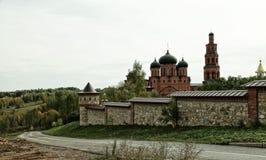 Il monastero ortodosso circondato con una pietra recinta la natura Immagini Stock Libere da Diritti