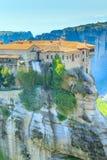 Il monastero santo di Varlaam sulla scogliera a Meteora oscilla, la Grecia Fotografia Stock