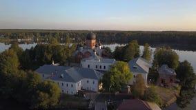 Il monastero santo-Vvedensky nella regione di Vladimir Ambiti di provenienza astratti dell'oceano e del mare Siluetta dell'uomo C stock footage