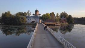 Il monastero santo-Vvedensky nella regione di Vladimir Ambiti di provenienza astratti dell'oceano e del mare Siluetta dell'uomo C video d archivio