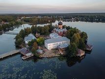 Il monastero santo-Vvedensky nella regione di Vladimir Ambiti di provenienza astratti dell'oceano e del mare Siluetta dell'uomo C immagini stock libere da diritti