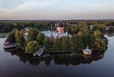 Il monastero santo-Vvedensky nella regione di Vladimir Ambiti di provenienza astratti dell'oceano e del mare Siluetta dell'uomo C immagini stock