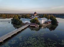 Il monastero santo-Vvedensky nella regione di Vladimir Ambiti di provenienza astratti dell'oceano e del mare Siluetta dell'uomo C fotografia stock libera da diritti