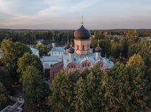 Il monastero santo-Vvedensky nella regione di Vladimir Ambiti di provenienza astratti dell'oceano e del mare Siluetta dell'uomo C fotografie stock libere da diritti
