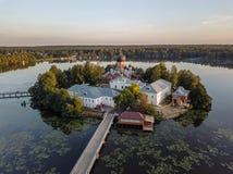 Il monastero santo-Vvedensky nella regione di Vladimir Ambiti di provenienza astratti dell'oceano e del mare Siluetta dell'uomo C fotografia stock
