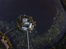 Il monastero santo-Vvedensky nella regione di Vladimir Ambiti di provenienza astratti dell'oceano e del mare Siluetta dell'uomo C immagine stock